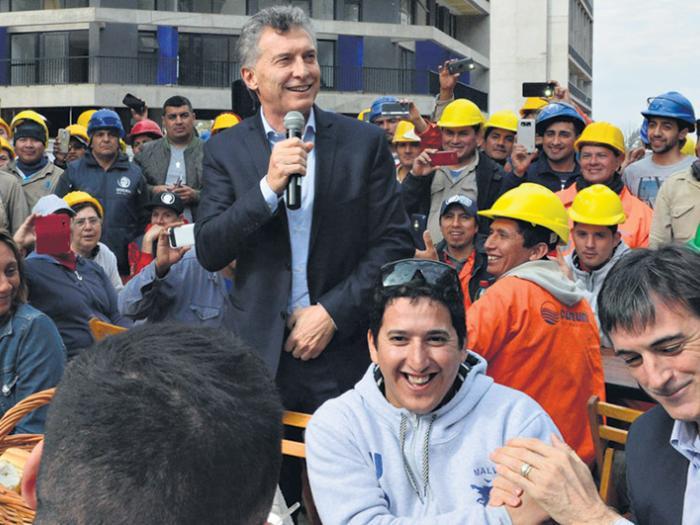En campaña, Mauricio Macri y el ministro Esteban Bullrich compartieron acto en la Villa Olímpica.