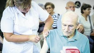 La llegada de 864.000 dosis de la vacuna de Oxford/AstraZeneca permitirá terminar la vacunación de los mayores de 70 en CABA y de los mayores de 70 más los mayores de 60 con comorbilidades en la Provincia de Buenos Aires.