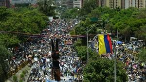 Un manifestante colgado de un cable y miles más marchando en contra de Duque en Medellín