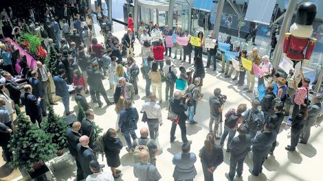 Los activistas se concentraron en el lobby del hotel Hilton en Puerto Madero.