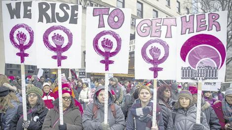 Manifestantes portando pancartas feministas marchan cerca de Plaza Libertad en Washington DC.