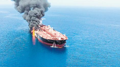 Tensión y acusaciones cruzadas en el estrecho de Ormuz: Estallan dos buques cisterna