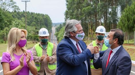 El Presidente, en Misiones, saluda al gobernador Oscar Herrera Ahuad.