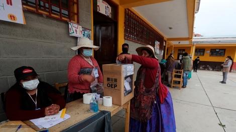 Una mujer aimara vota en La Paz en a segunda vuelta de las elecciones regionales.