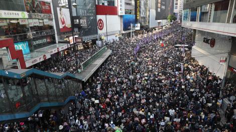 Multitudinaria protesta en Hong Kong