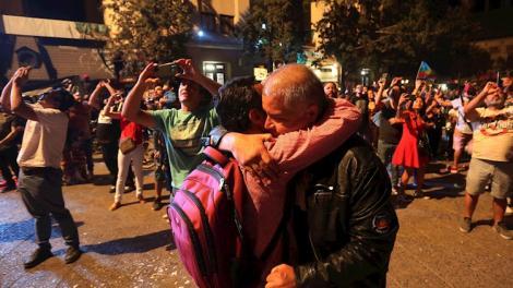 Un abrazo para festejar el fin de 2019 en Plaza Italia.