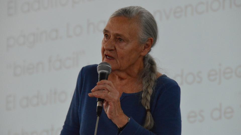 Emilia Ferreiro habló ante una multitud.
