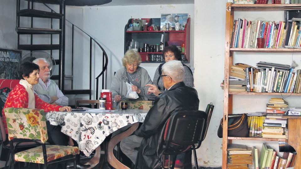 En el centro de jubilados Nely Omar, afiliados cuentan sus desventuras con el PAMI.