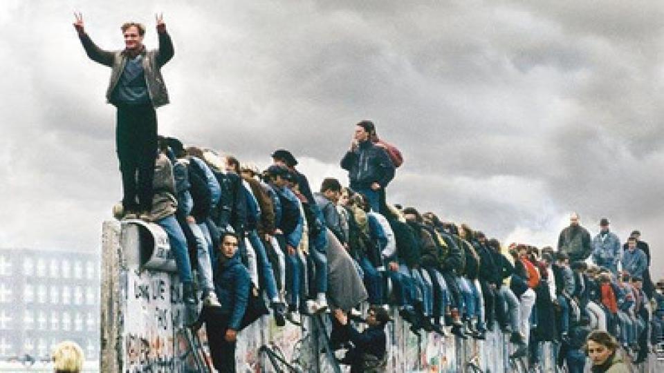 """Tiempo """"post totalitario"""" desde 1989 con la caída del muro de Berlín."""