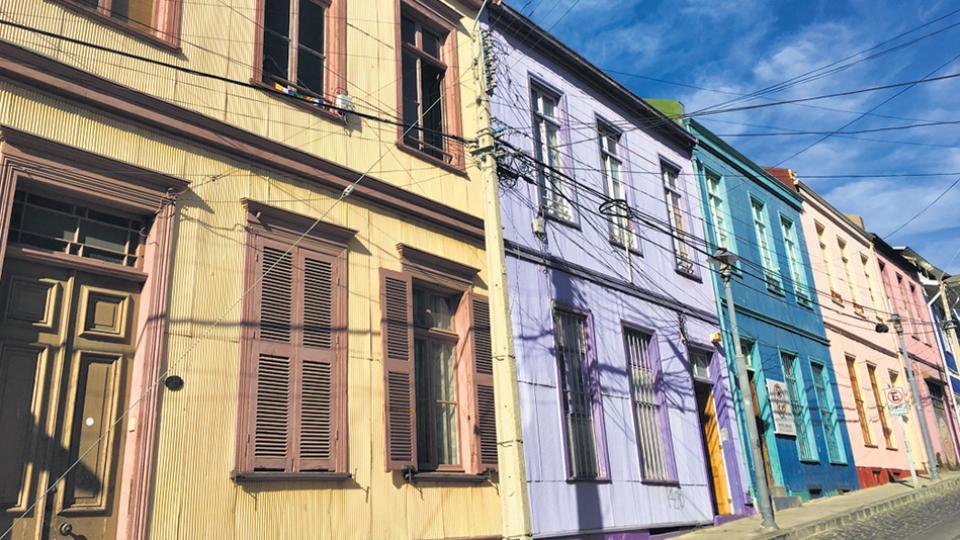 Desniveles y fachadas de colores, dos distintivos de Valparaíso.