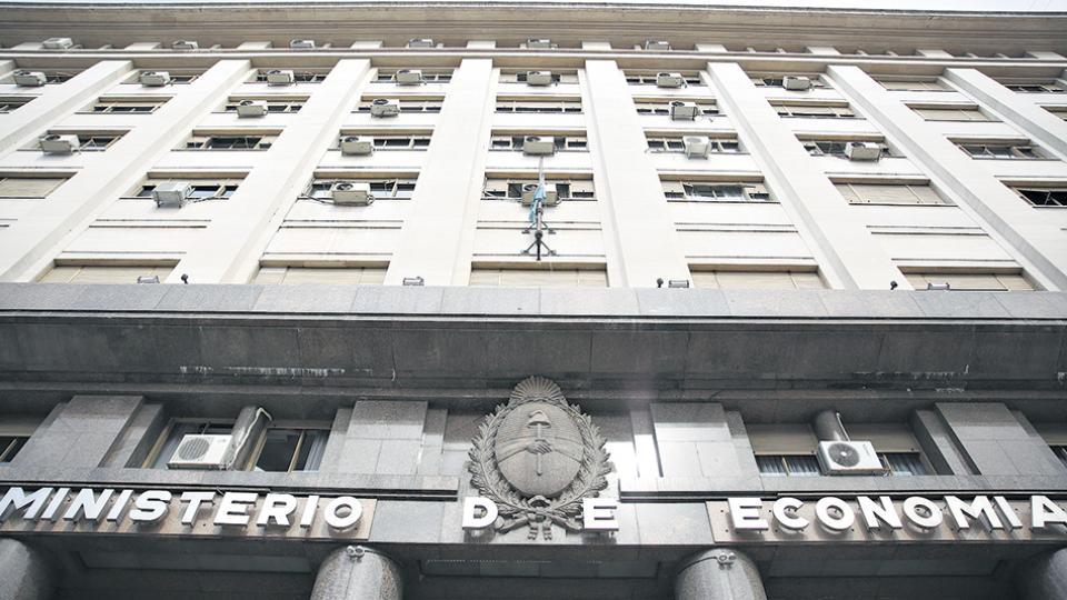 La colocación de un bono a 100 años compromete los márgenes de autonomía, según distintos economistas.