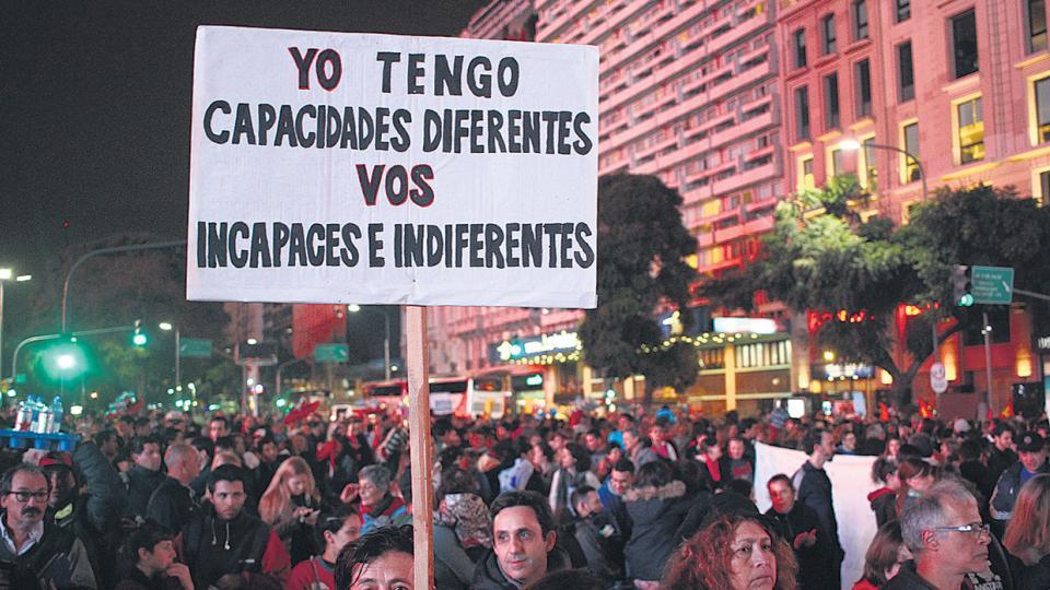 En carteles caseros y espontáneos, las víctimas de la medida desnudaron la indiferencia y discriminación del Gobierno.