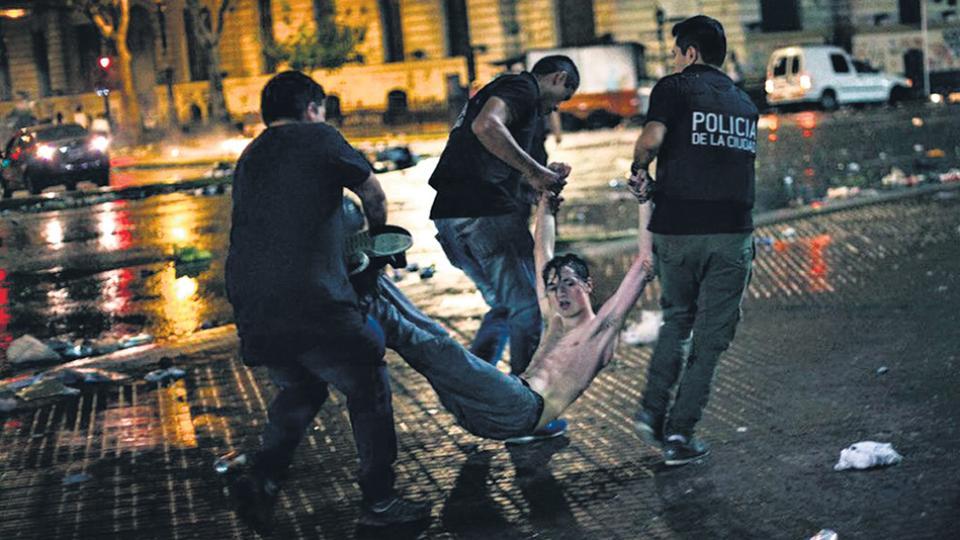 """El 8 de marzo, el día del paro de mujeres, la policía detuvo en forma violenta tras la marcha a un grupo, bajo la figura de """"resistencia a la autoridad""""."""