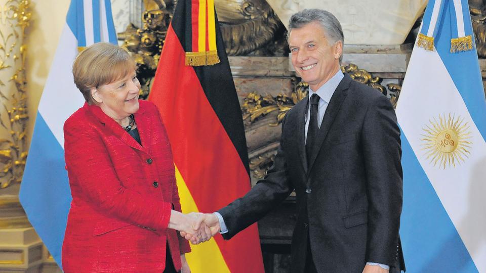 Angela Merkel y Mauricio Macri durante el saludo de rigor tras su encuentro en la Casa Rosada.