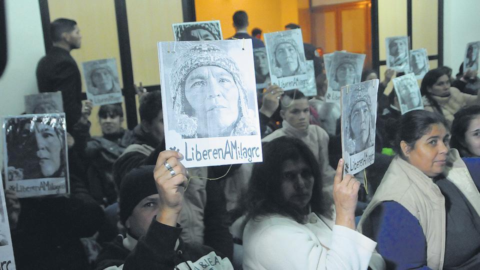 Milagro Sala estuvo presente en la audiencia a                  través de las imágenes que levantaron sus compañeros.