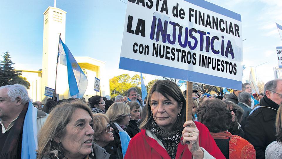 """Sin cacerolas, los """"autoconvocados"""" ocuparon un tramo de la avenida Antártida Argentina, en Retiro."""