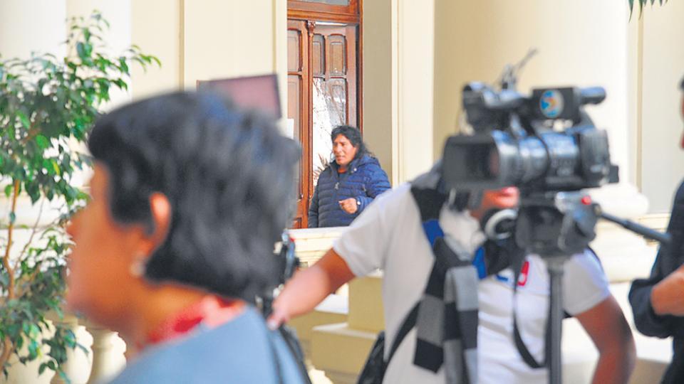 Arellano en la puerta del despacho de Freddy Morales, secretario de la Gobernación y hermano de Gerardo.