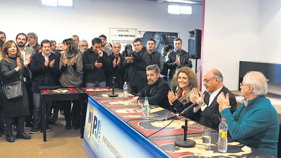 Víctor Santa María, Gabriela Alegre, Carlos                    Tomada y Jorge Taiana ayer, en la sede del PJ                    Capital.