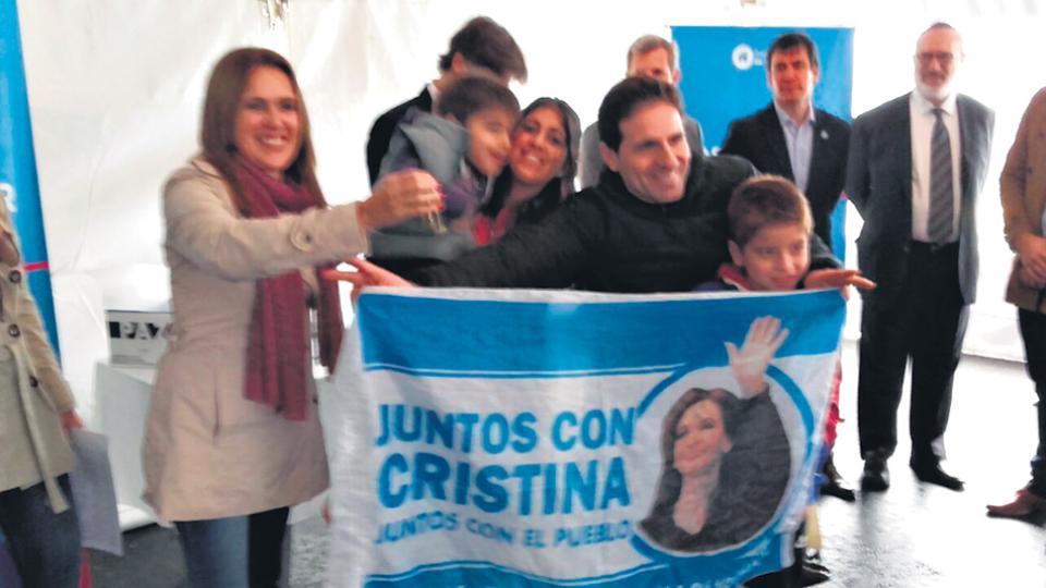 Los vecinos esperaron a los funcionarios de Cambiemos con carteles de reconocimiento a CFK.