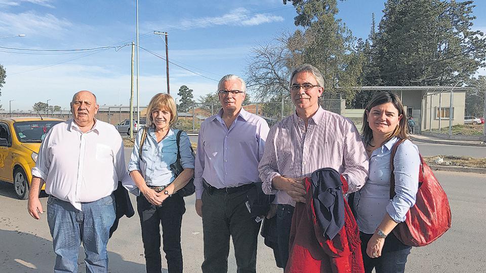Juan Castelucci, Ana Jaramillo, Baltasar Garzón, Remo Carlotto y María Isabel Ricciardi, de la Universidad de Lanús, tras la visita.