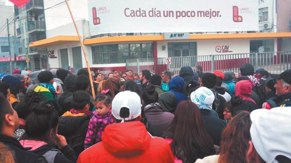 Los vecinos protestaron frente a la sede de Edesur en la avenida Pavón, en Lanús.