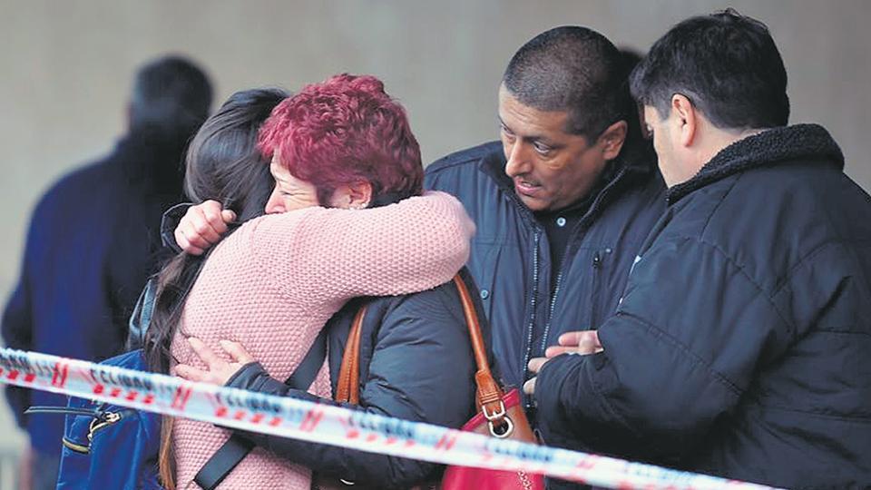 Familiares de las víctimas se encuentran envueltas en llanto después de arribar a Mendoza.