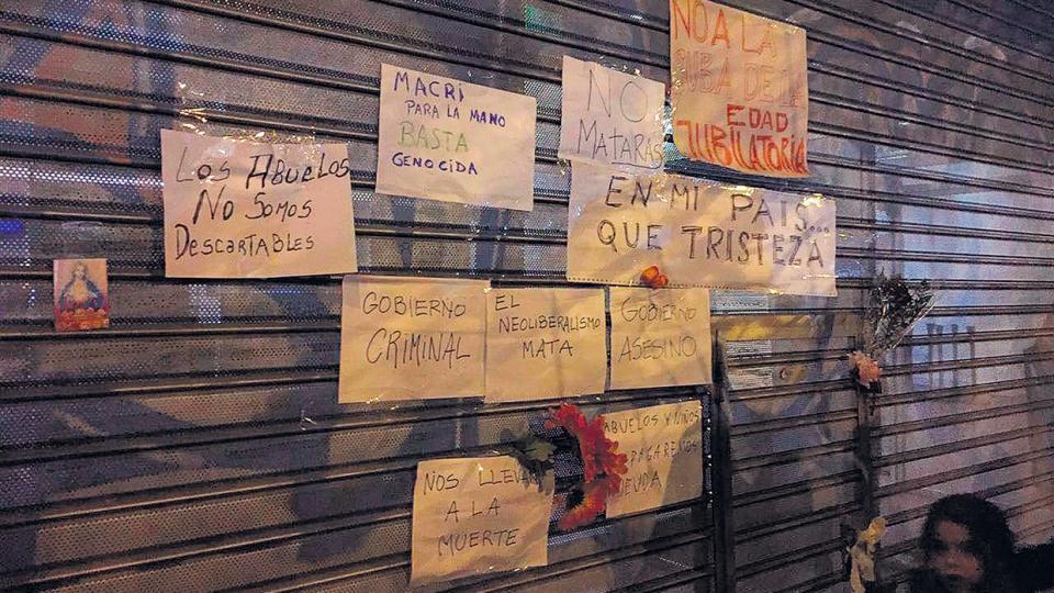 Anoche, numerosas personas se acercaron a la sede donde ocurrió el hecho para reclamar contra las políticas del Gobierno.