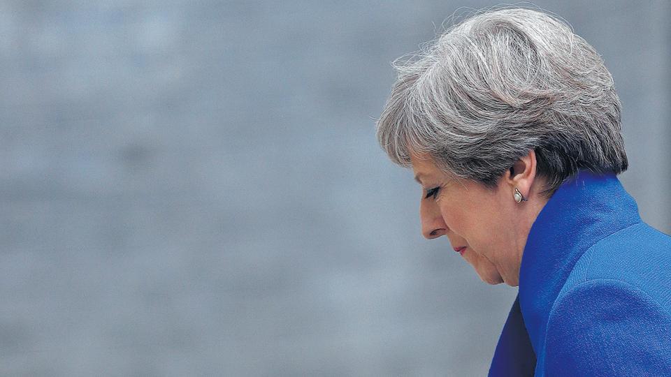 Demacrada, May enfrentó las cámaras después de visitar a la reina Isabel para anunciarle su intención de formar gobierno.