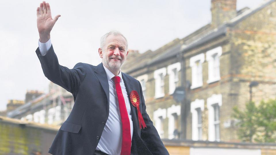 Corbyn saluda antes de votar en el distrito de Islington en Londres. Condujo al Partido Laborista a una buena elección.