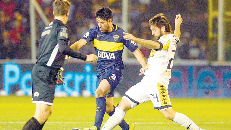 Pablo Pérez lucha por la pelota frente a Parnisari.