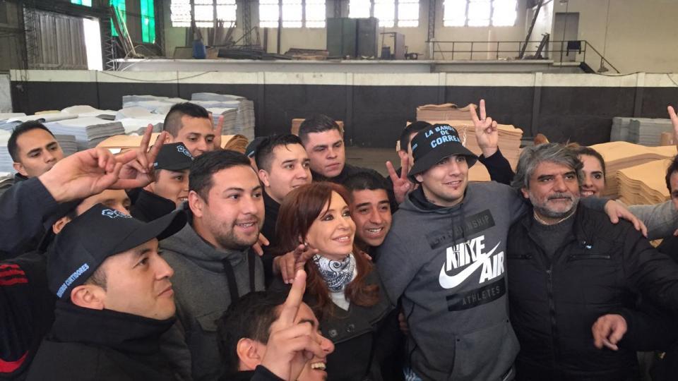 CFK con los trabajadores de Cuero Flex, adonde fue junto a su compañero de fórmula Jorge Taiana.