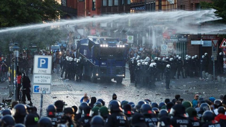 La policía usó carros hidrantes y gases para dispersar a más de 10 mil personas