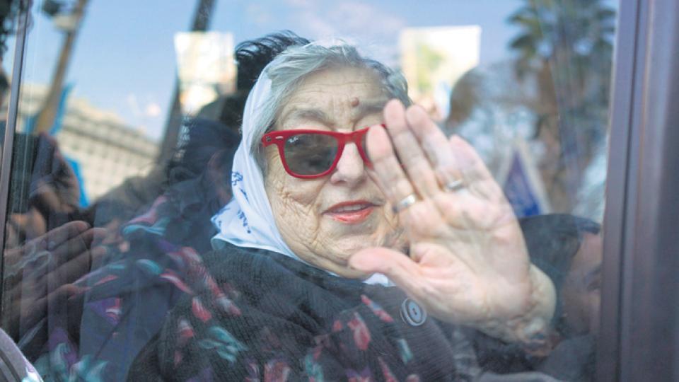 Hebe de Bonafini esperó a los síndicos cocinando en la sede de la Asociación Madres de Plaza de Mayo.