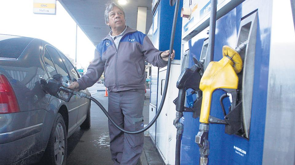 Con este aumento, en lo que va del año el precio al público se encareció más de 15 por ciento en naftas y 11 en gasoil.