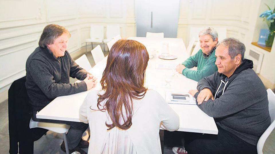 Cristina Kirchner con Sergio Palazzo (Bancarios),                    Horacio Ghillini (Sadop) y Héctor Amichetti (Gráficos)                    en el Instituto Patria.