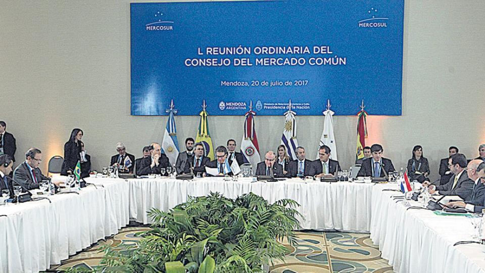 Una reunión del Mercosur partida en dos