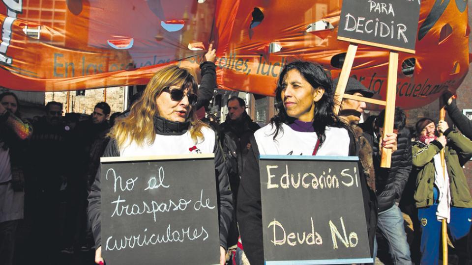 Los maestros porteños pararon y marcharon hasta la Legislatura.