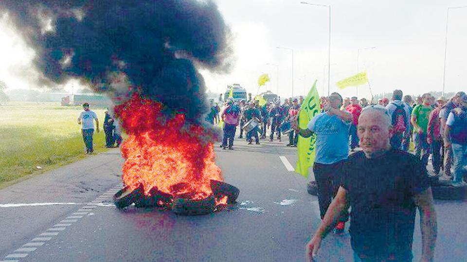 Trabajadores despedidos cortaron la entrada al puente Zárate Brazo Largo en reclamo por su situación.