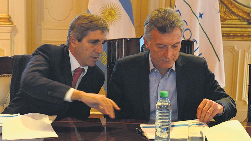 Mauricio Macri y su ministro de Finanzas, Luis Caputo, máximos responsables del acelerado endeudamiento.