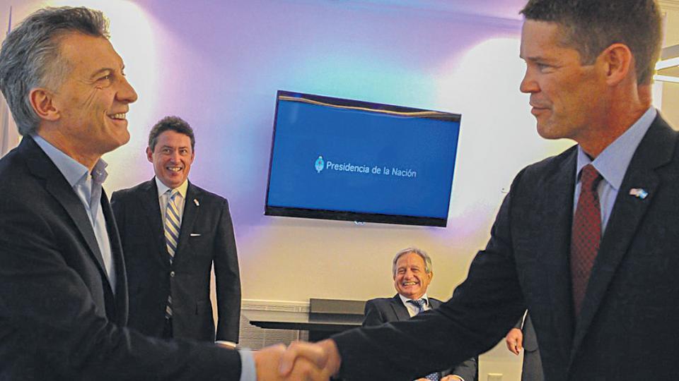 Mauricio Macri estrecha la mano del vicepresidente de Política Pública Mundial de Amazon, Michael Punke.