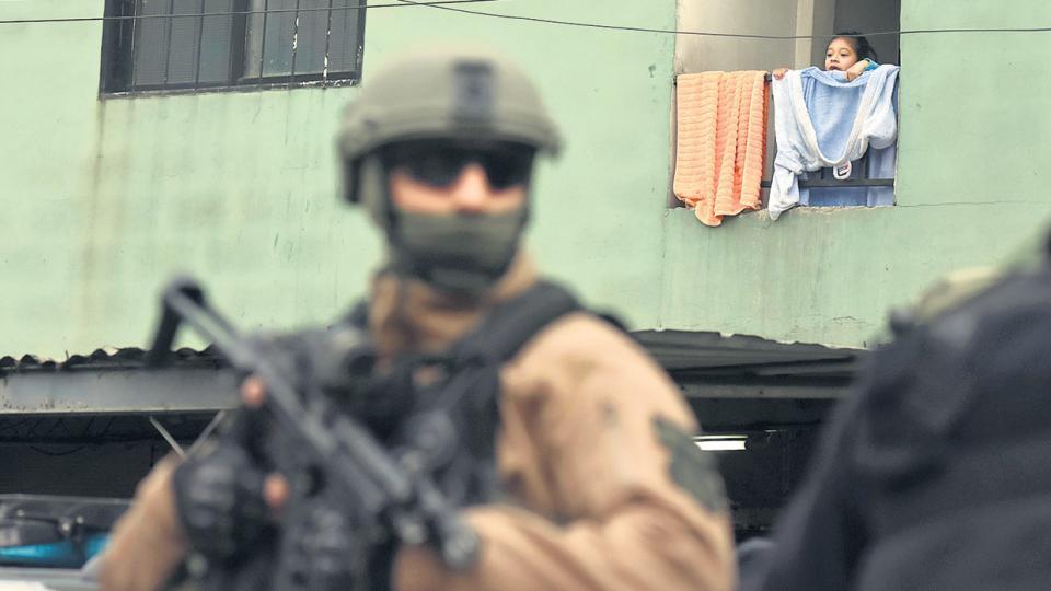 El operativo comenzó de madrugada y terminó de día, con una conferencia de prensa en el barrio.