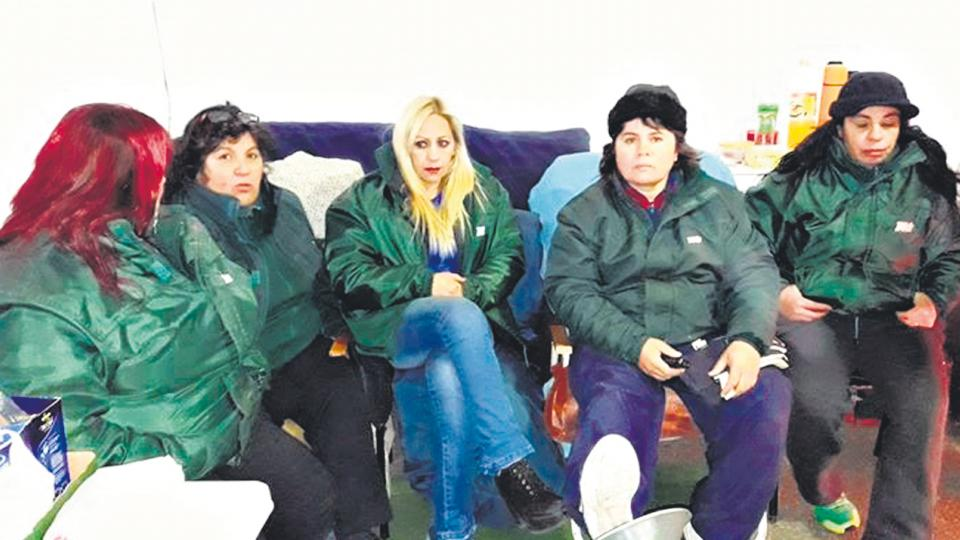Las cinco mujeres en huelga de hambre dentro de la                  carpa blanca, reclaman ser recibidas por el intendente                  Mestre.