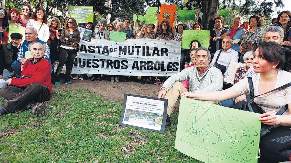 Más de cien personas empezaron la lucha para evitar que arruinen el parque Las Heras.
