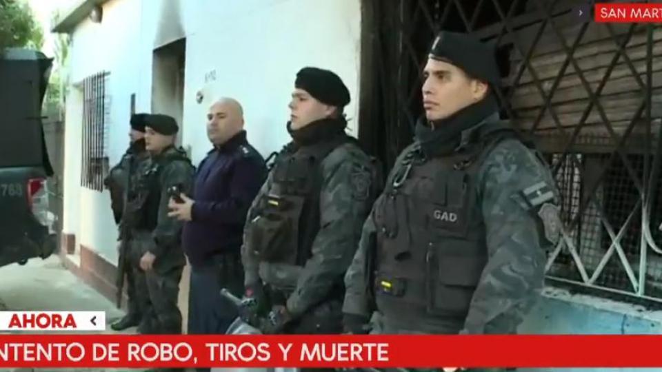 Efectivos policiales custodian la casa del policía que mató al joven.