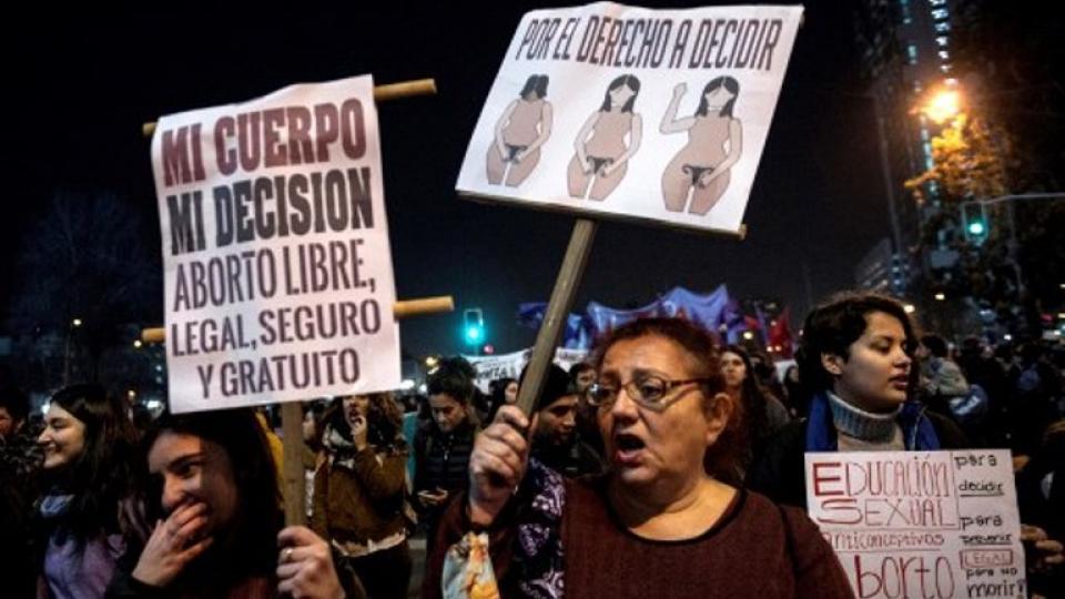 Marchas a favor y en contra de la ley ganaron las calles de Chile.