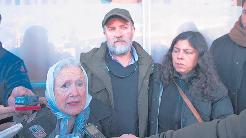 Sergio Maldonado con Nora Cortinas, de Madres Línea Fundadora, en Esquel.