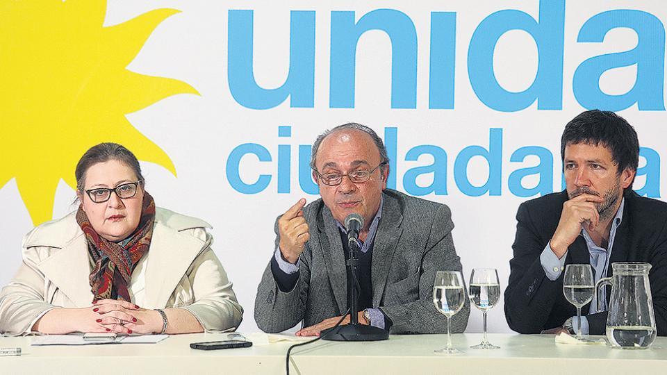 Graciana Peñafort, Leopoldo Moreau y Gerónimo Ustarroz en la conferencia de prensa en el Instituto Patria.