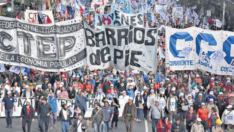 La CTEP, la CCC y Barrios de Pie convocaron a una multitud ayer en la Plaza de Mayo.