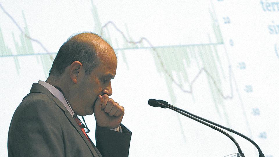 Federico Sturzenegger, titular del Banco Central, tuvo que cambiar de estrategia para frenar al dólar, sin poder bajar la tasa.
