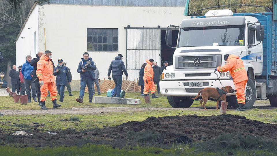 Ayer se realizaron rastrillajes con perros en los escuadrones, camiones unimog y camionetas de la Gendarmería.